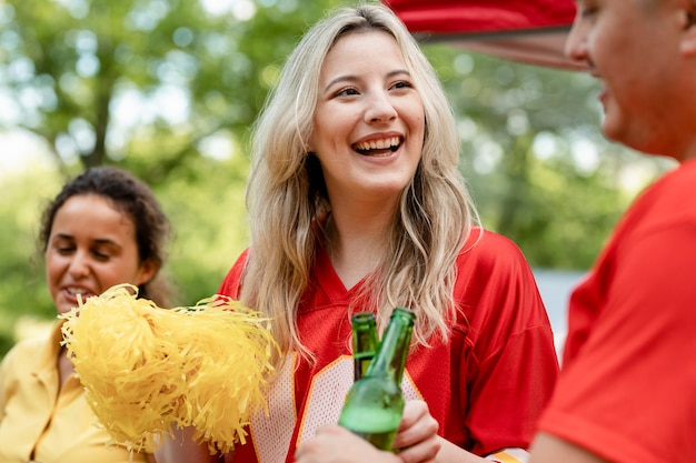 Cheerleaderka Na Imprezie Na Tylnej Klapie Darmowe Zdjęcia