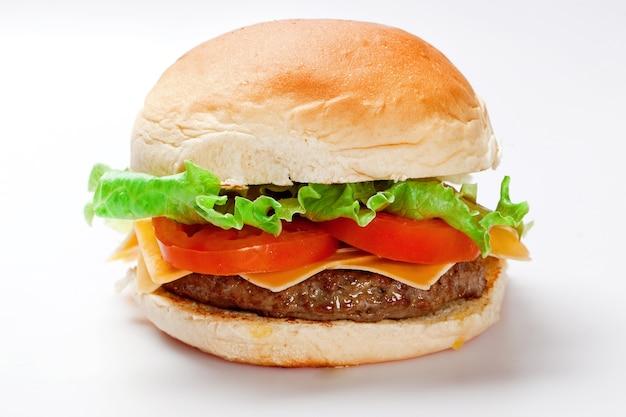 Cheeseburger na białej przestrzeni