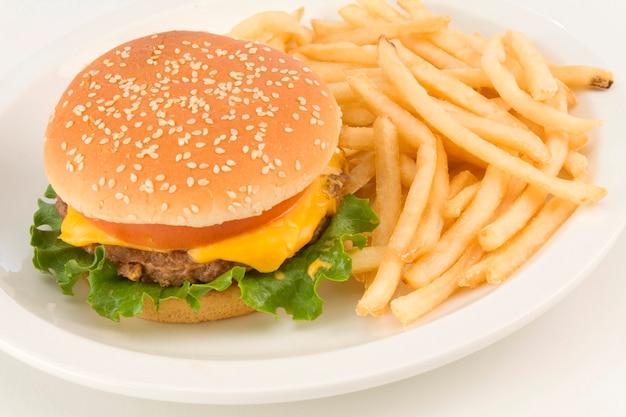 Cheeseburger z francuskimi dłoniakami na talerzu, zakończenie