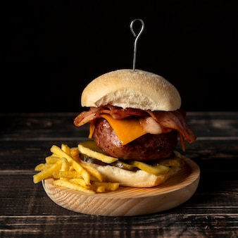 Cheeseburger z widokiem z przodu z frytkami