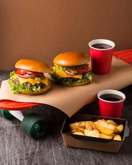 Cheeseburgery pod wysokim kątem na deskorolce