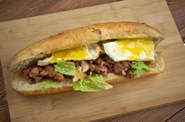 Cheesesteak - kanapka łącząca kędzierzawą wołowinę, cebulę i ser w małym bochenku chleba