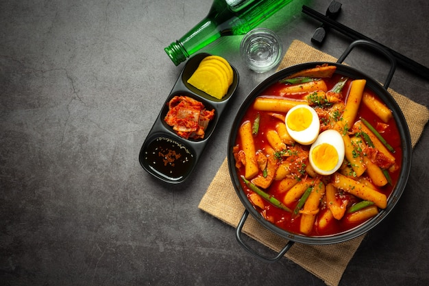 Cheesy tokbokki koreańskie tradycyjne potrawy na tle czarnej tablicy. danie na lunch.