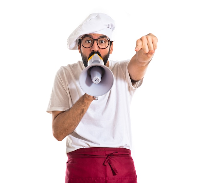 Chef krzycząc przez megafon