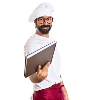 Chef podając książkę