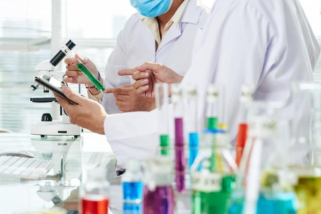 Chemicy przeprowadzający eksperyment