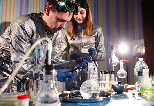 Chemicy wytwarzają leki w laboratorium.