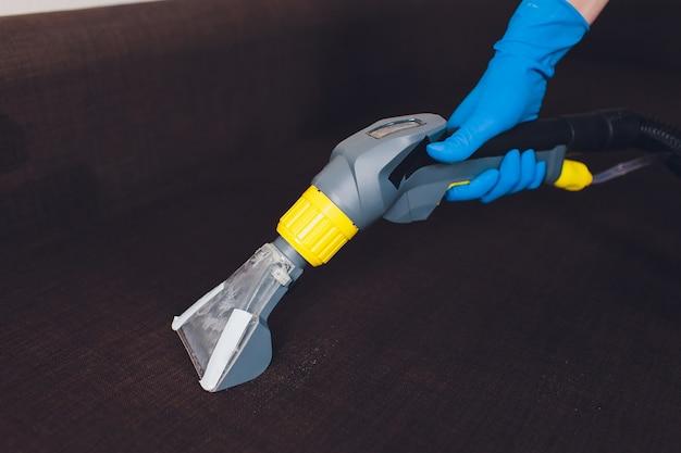 Chemiczne czyszczenie sofy metodą profesjonalnej ekstrakcji