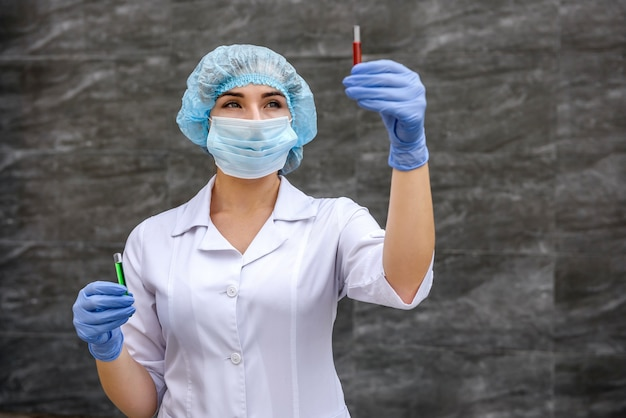 Chemik bada probówkę z substancją