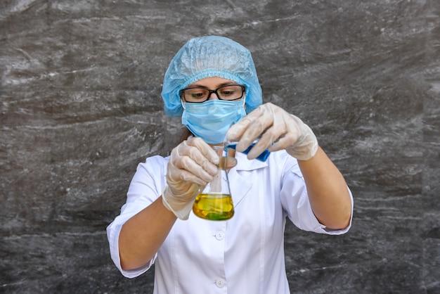 Chemik kobieta robi eksperyment z probówką