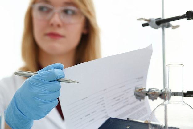 Chemik kobieta w laboratorium biologicznym