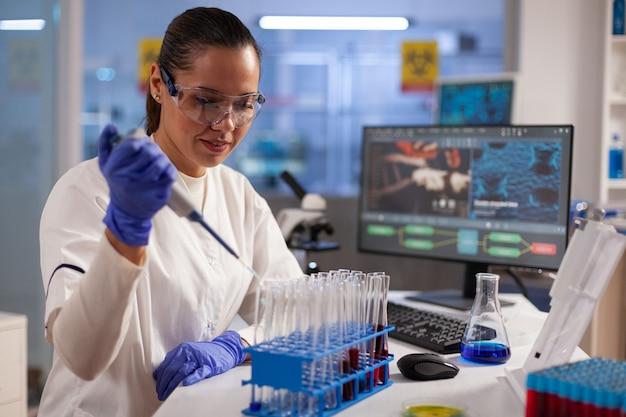 Chemik medyczny przeprowadzający badania i testy na probówkach z krwią