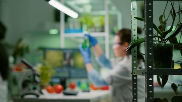 Chemik naukowiec kobieta wpisując wiedzę z zakresu biochemii na komputerze