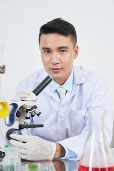 Chemik pracujący z mikroskopem