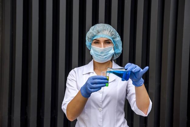 Chemik z wykonaniem kolby eksperyment naukowy