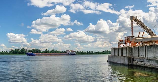 Chersoń, ukraina 12.09.2021. dniestr w chersoniu na ukrainie, w słoneczny letni dzień