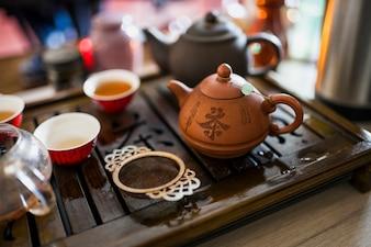 Chiński zestaw herbaty z metalowym sitkiem na drewnianej tacy