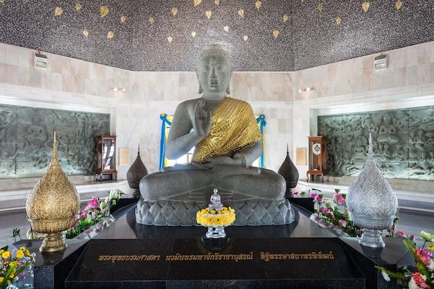 Chiang mai, tajlandia - 31 października 2014: wnętrze royal chedi, doi inthanon - najwyższa góra w tajlandii.