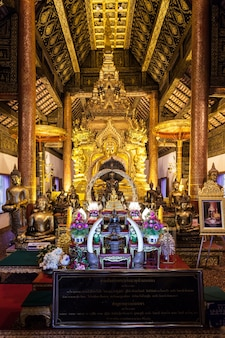 Chiang mai, tajlandia - 31 października 2014: wnętrze świątyni wat phra that si chom thong worawihan.