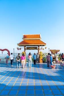 Chiang mai, tajlandia - 6 grudnia 2020 r.: widok wat phra that doi kham (złota świątynia) w chiang mai w tajlandii. świątynia ta wznosi się na wzgórzu doi kham, otoczona pięknymi górskimi krajobrazami.