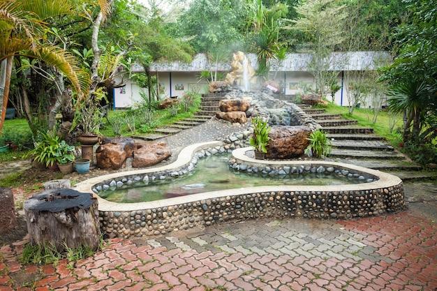 Chiang rai, tajlandia - 04 listopada 2014: gorące źródło thaweesin, prowincja chiang rai, tajlandia.
