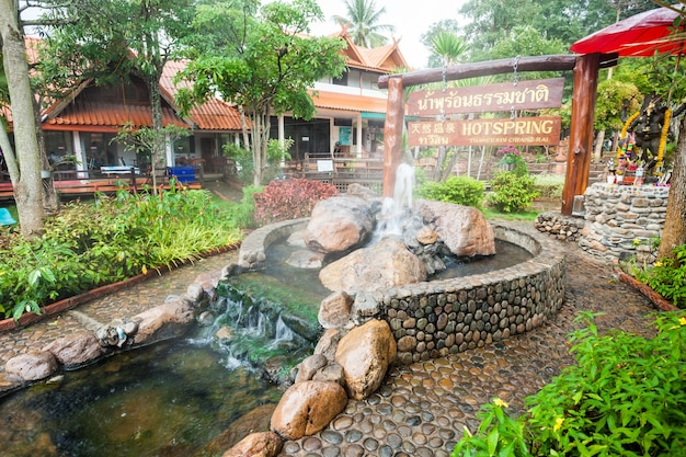 Chiang rai, tajlandia - 06 listopada 2014: gorące źródła thaweesin, prowincja chiang rai, tajlandia