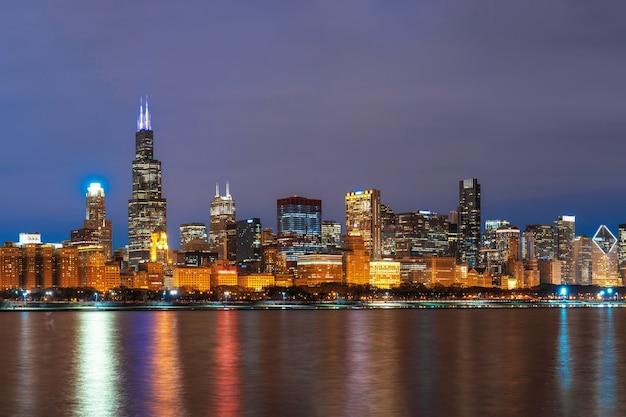 Chicago cityscape rzeki po stronie wzdłuż jeziora michigan w pięknym czasie zmierzchu, illinois, stany zjednoczone