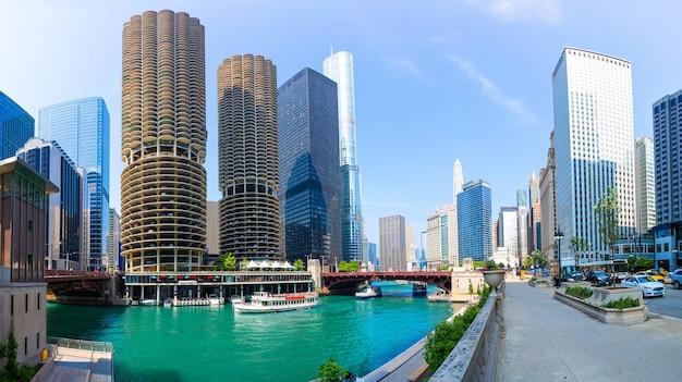 Chicago, illinois, usa. marina city nazywana miastem w mieście, obejmowała apartamenty hotelowe, sklepy, teatr itp.