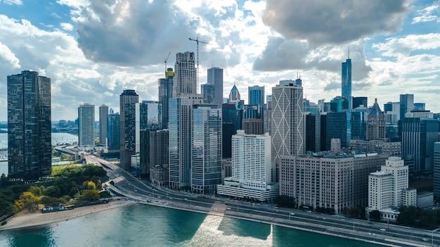 Chicago linii horyzontu trutnia powietrzny widok z góry, miasto wieżowce w centrum chicago i jezioro michigan, illinois, usa