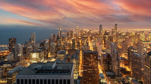 Chicago skyline cityscape w nocy i błękitne niebo z chmurą, chicago, stany zjednoczone