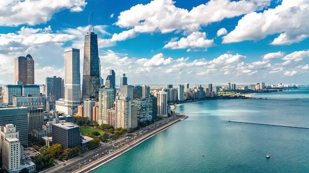 Chicago skyline widok z lotu ptaka drone z góry, drapacze chmur w centrum chicago i pejzaż jeziora michigan