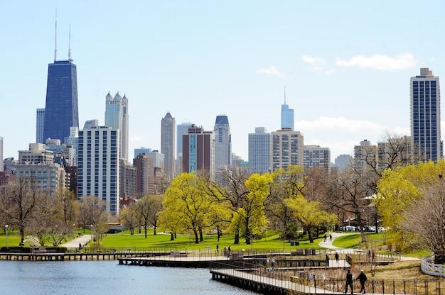 Chicago skyline z drapaczami chmur oglądany z lincoln park nad jeziorem