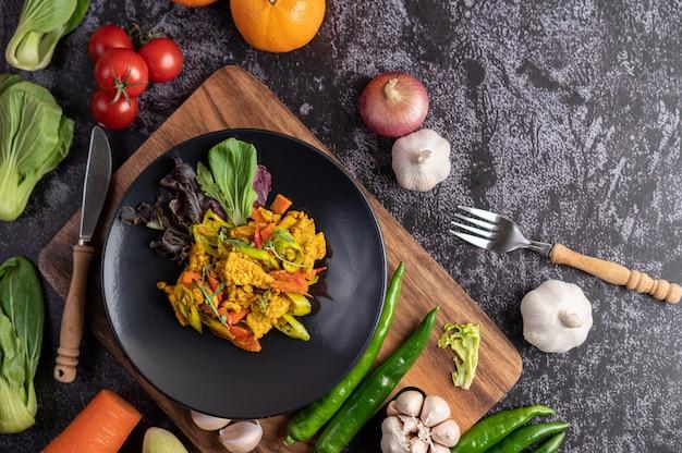 Chicken stir fried chili wraz z papryką, pomidorami i marchewką