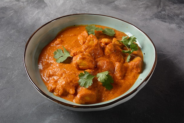 Chicken tikka masala- tradycyjne danie indyjsko-brytyjskie. kurczak z curry, kurkumą. koncepcja indyjskiej kolacji. azjatyckie, indyjskie jedzenie