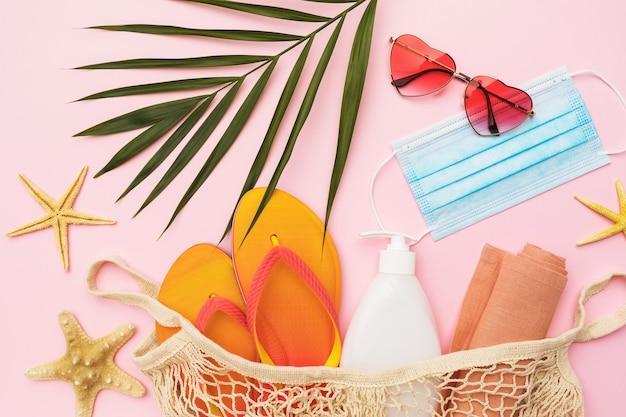 Chico leaf okulary przeciwsłoneczne kapcie plażowe i maska medyczna na różowym tle