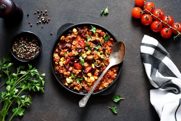 Chili con carne na stole w kuchni