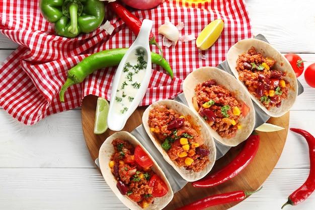 Chili con carne z tortillami na kuchennym stole