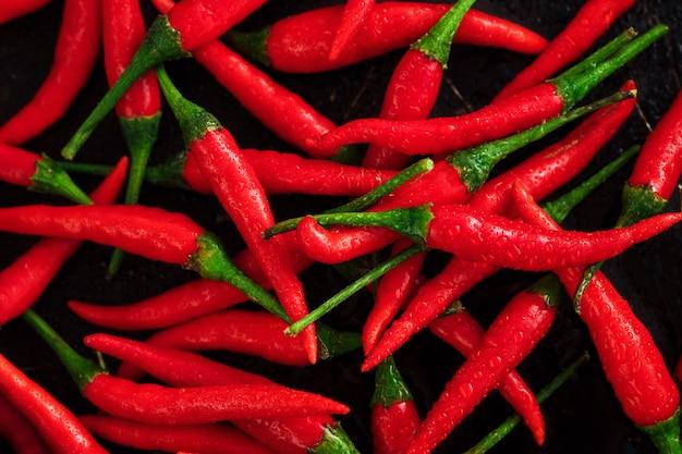 Chili pieprze na ciemnym ośniedziałym tle