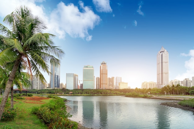 China haikou cityscape, wieżowiec nad jeziorem.