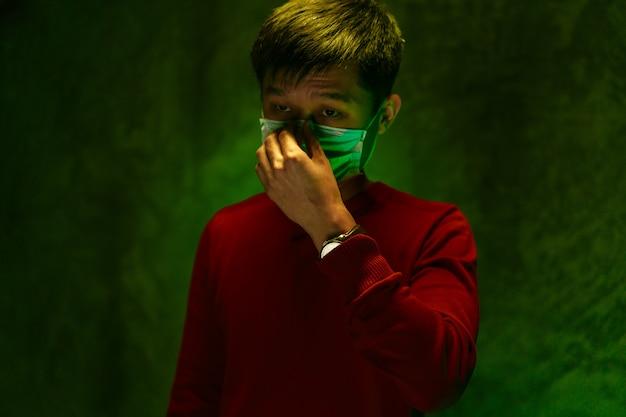 Chińczyk zakrywający usta i kaszlący. koncepcja wybuchu koronawirusa