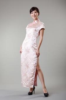 Chinka ubiera n tradycyjne stroje, cheongsam, pełnej długości w studio.