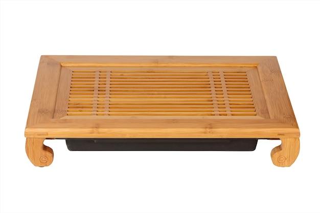 Chińska bambusowa taca lub stół do ceremonii parzenia herbaty na białym tle