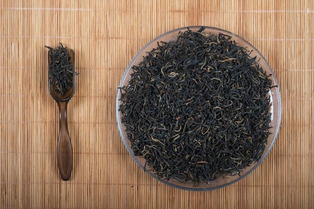 Chińska czerwona herbata dianhong. susz złote końcówki i zestaw akcesoriów do herbaty