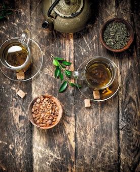 Chińska herbata o smaku na drewnianym stole.