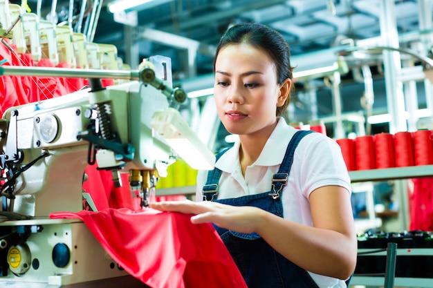 Chińska krawcowa w fabryce tekstyliów