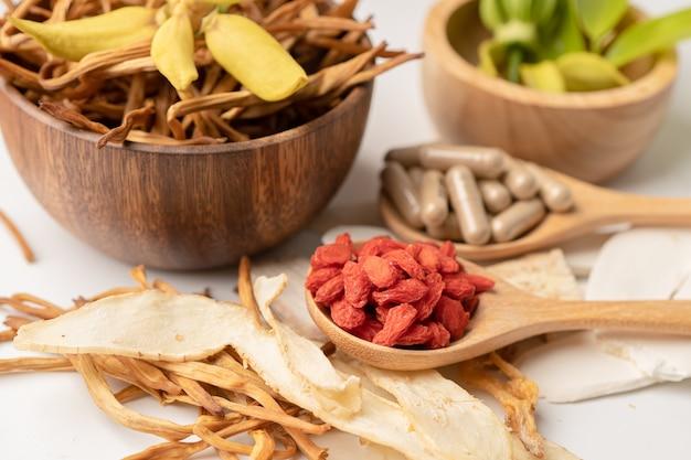 Chińska medycyna ziołowa z jagodami goji dla dobrego zdrowia.