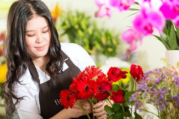 Chińska sprzedawczyni w kwiaciarni
