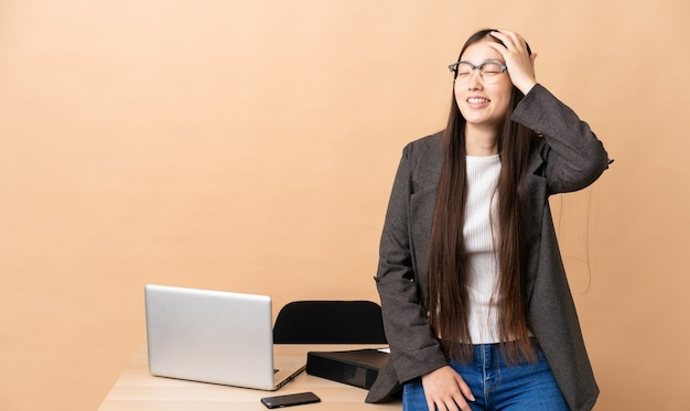 Chiński biznes kobieta w swoim miejscu pracy dużo się uśmiecha