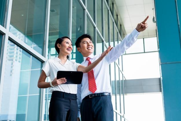 Chiński biznesowy mężczyzna wyjaśnia jego pomysł