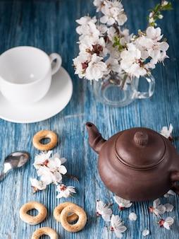 Chiński czajniczek i kwiaty moreli